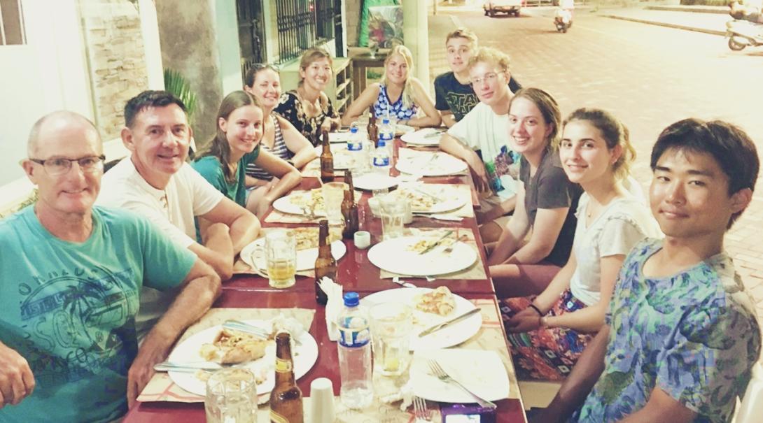 夕食の場で交流を深めるエクアドルの環境保護ボランティアたち